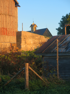 Bâtiments au soleil couchant - Farm Buildings at Sunset