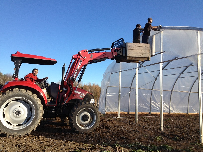 On enveloppe la serre - Wrapping the greenhouse